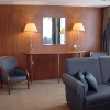 Mercure_apartament_kanapa_stolik_fotel_lampy
